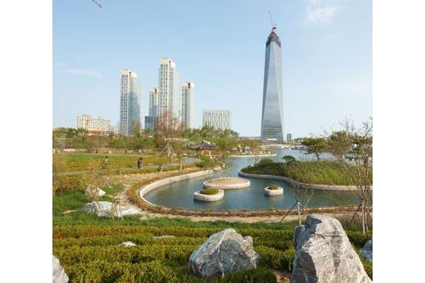 Otra vista del parque y las oficinas de la ciudad