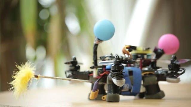 Un prototipo del dron creado en Polonia para polinizar flores.