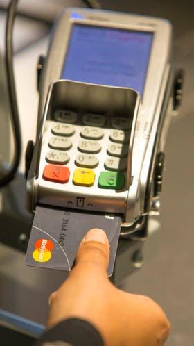 La tarjeta de crédito con el sensor de huellas digitales de MasterCard no requiere el ingreso de un PIN o firmar un papel