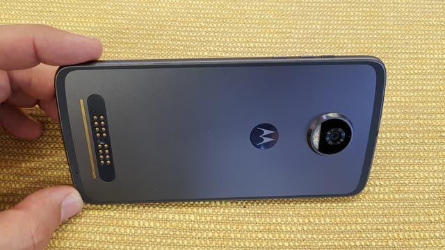 El Moto Z2 Play cambia el vidrio trasero por metal; a la izquierda, los conectores magnéticos para los accesorios