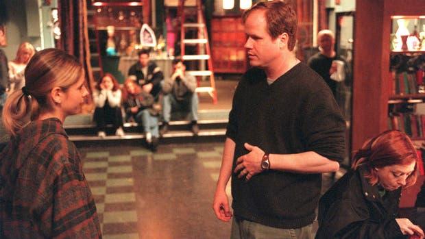 Joss Whedon junto a Sarah Michelle Gellar (y Alyson Hannigan, a un costado)