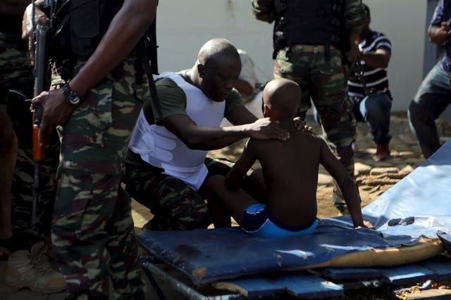Un soldado atiende a un joven herido por el ataque