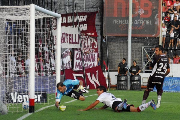 Cáceres, en contra, marca el segundo gol de Lanús