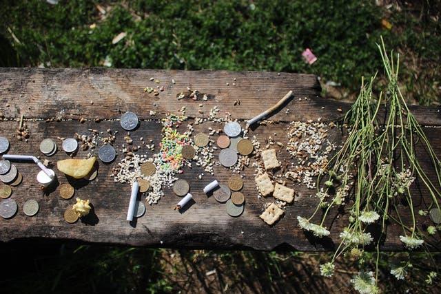 Una serie de ofrendas en un sitio chamánico, al costado de la ruta rumbo a Ust-Ordynsky