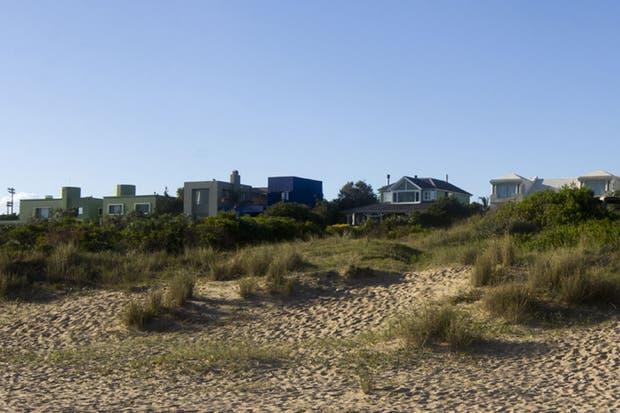 Pasando Bikini Beach, con salida directa a la playa, varios empresarios argentinos instalaron sus casas de veraneo