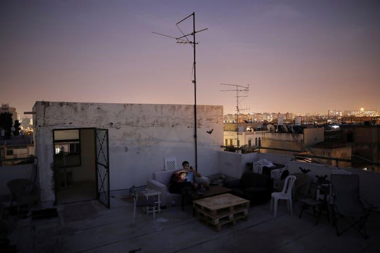 Hana Wimberly, de 26 años, y Emanuel Cohen, de 36, pasan la noche juntos en el techo de un edificio