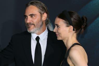 Juntos, en la alfombra verde. Joaquin Phoenix y Rooney Mara forman una pareja muy reservada, pero el sábado pasado hicieron una excepción y se mostraron juntos en la premiere del Guasón realizada en Hollywood