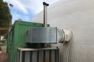 El sistema para inflar y calefaccionar el globo temporal que se utiliza en las canchas.