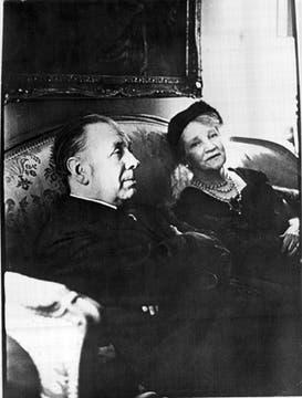 Junto a Leonor Acevedo, su madre, con quien mantuvo un vínculo muy estrecho. Foto: Archivo / LA NACION