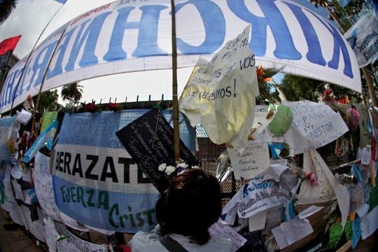 Miles y miles de personas se concentran en la PLaza de Mayo para darle el último adiós al ex presidente de la Nación, Nestor Kirchner. Foto: LA NACION / Aníbal Greco
