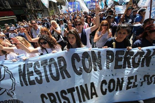 Miles de personas se acercaron a la Plaza de Mayo para despedir al ex mandatario argentino, Néstor Kirchner, innumerables muestras de afecto y dolor. Foto: LA NACION / Ricardo Pristupluk