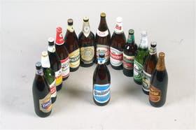 La ahora antigua botella de Quilmes, rodeada de la competencia