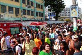Abril de 2011: decenas de personas frente a la escuela municipal de Río que fue escenario de la masacre