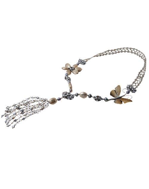 Collar con flor y mariposa Celedonio, $3900. Foto: Juana Mauri. Producción Violeta Mauri.