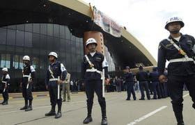 Soldados bolivianos custodiaban ayer el aeropuerto de Cochabamba, tras la nacionalización de Sabsa