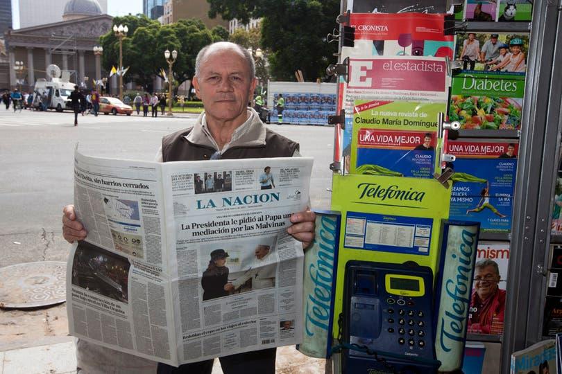 Luis Del Regno es el dueño del puesto de diarios de Yrigoyen casi Bolívar; su hijo Daniel atendió ayer un llamado del Papa