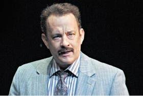Tom Hanks encarna al famoso periodista de policiales neoyorquino Mike McAlary