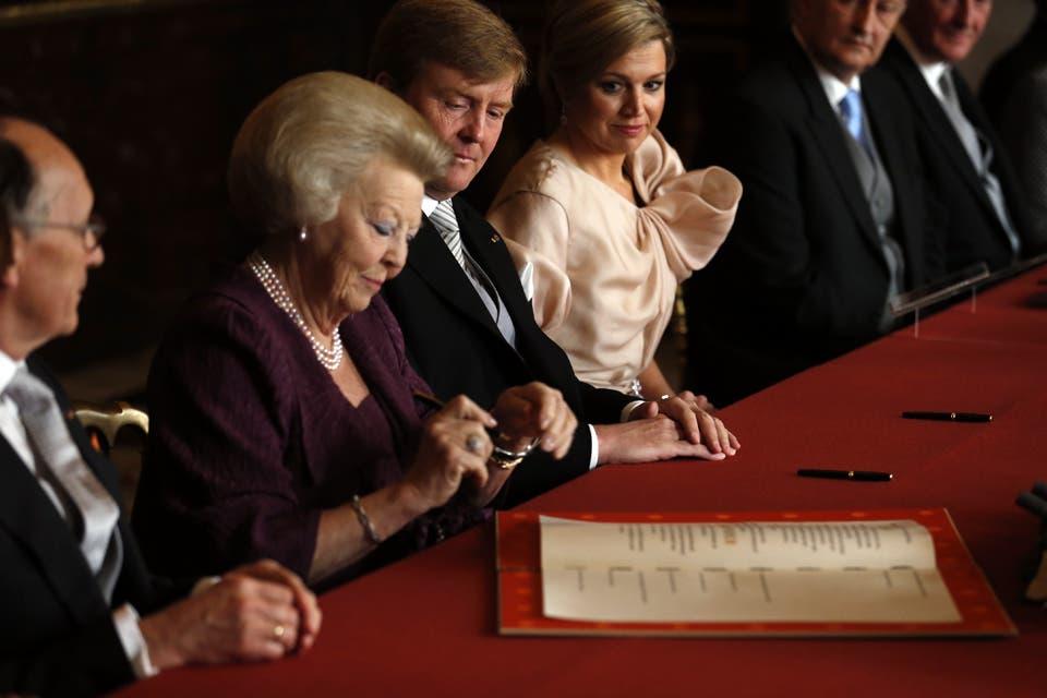 El momento de la abdicación al trono de Beatriz..