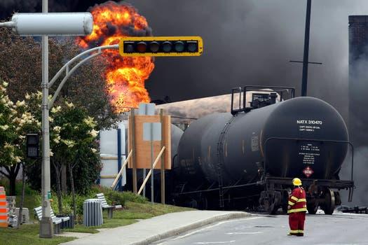 El tren, descarrilado, llegó a las calles. Foto: Reuters