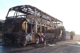 El colectivo quedó destruido por el fuego