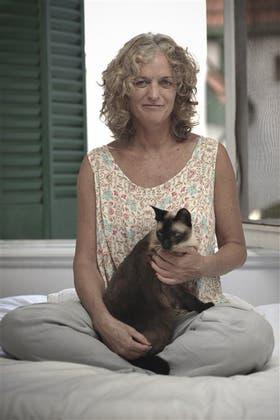 Escritora, traductora y tallerista, publicó su primera novela, El Rey de los Centauros, en 2006