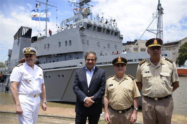 Martínez, ayer, con los tenientes generales Del Valle Sosa y Suñer