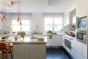 Una cocina donde reina la mezcla de materiales