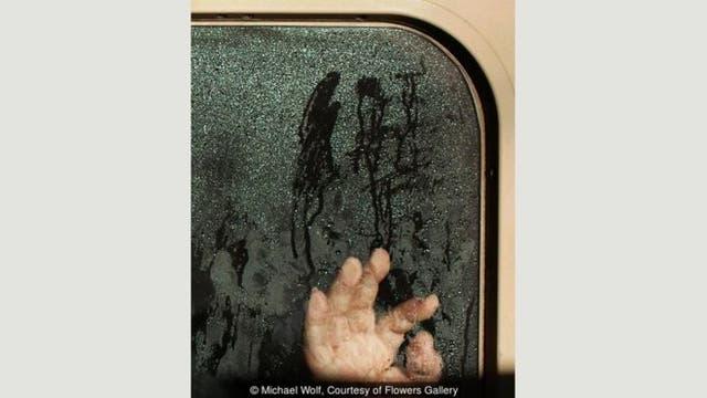 El agua condensada en las ventanas del metro agregan un lado oscuro a la compresión de Tokio. Tengo fotos de manos que han borrado la condensación y que parecen escribir un mensaje en la ventana, en caligrafía japonesa: Ayúdame, estoy atrapado, llama a la policía, cuenta Wolf