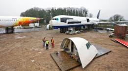 Cuando un avión llega, Air Salvage International se pone manos a la obra en la tarea de desmantelarlo.