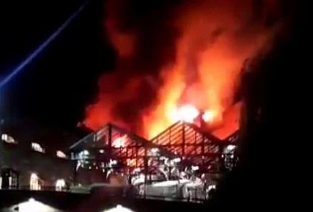 Las llamas destruyeron anoche parte del mercado Camden