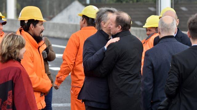 Mauricio Macri saluda a Martín Insaurralde durante la inauguración