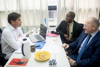 El exministro de Economía recibió a los técnicos del FMI en su despacho del Congreso