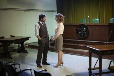 El fiscal Gustavo Parisi (Diego Cremonesi) y su asistente (Belén Chavanne)