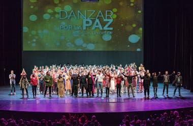 Todos juntos, en el final, bailarines, coreógrafos y el director del encuentro Danzar por la Paz, Leonardo Reale