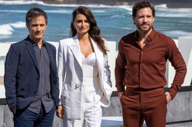 Hora de posar. Antes de recibir su premio, Penélope Cruz posó con sus compañeros de elenco en Wasp Network Gael García Bernal y Édgar Ramírez