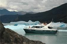 A pocos metros del glaciar Spegazzini, el más alto del Parque Nacional Los Glaciares, con puntas de entre 80 y 135 metros, es posible oír el sonido de los desprendimientos