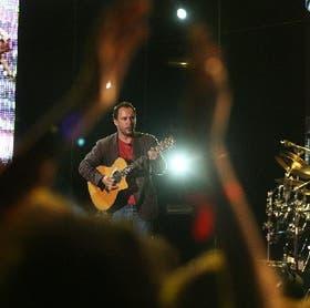 El hombre y su guitarra: Dave Matthews cantó, tocó su acústica y dirigió a su banda con elegancia y maestría