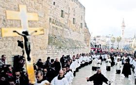 Belén. Una procesión rodea la Iglesia de la Natividad, en el lugar donde se considera que nació Jesús