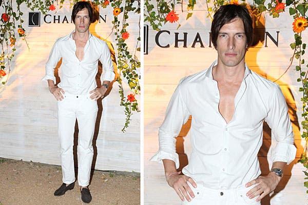 Iván de Pineda, con pantalón, camisa y mocasines marrones, al llegar a la fiesta de Chandon. Foto: Feedback PR