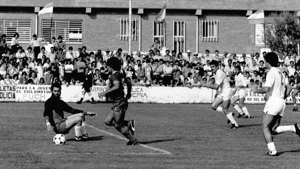 6-6-1982: en un peculiar estadio, último ensayo antes del Mundial, ante Alicante. Foto: LA NACION