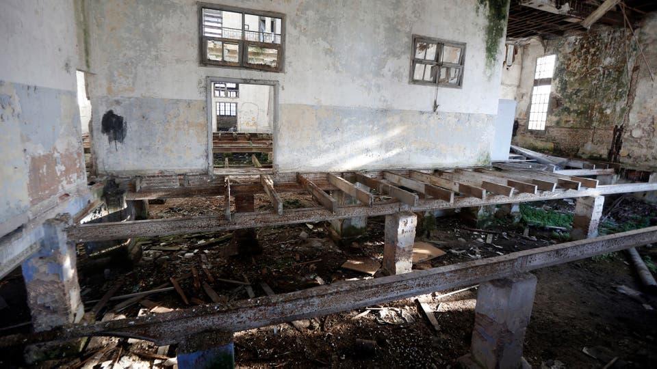 Ausencia de piso, paredes descascaradas y restos de mampostería se destacan en el interior. Foto: LA NACION / Marcelo Gómez