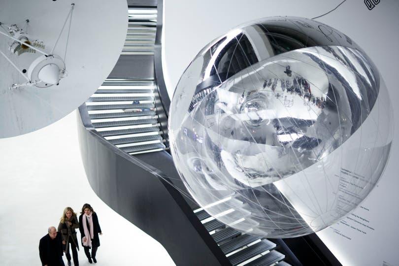 La instalación Aeroke, de Tomás Saraceno, dialoga con el interior del museo diseñado por Zaha Hadid