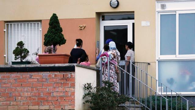 Personas en la casa de la familia Oukabir en Ripoll, luego de que la policía llevara a cabo un allanamiento en el marco de la investigación de los atentados