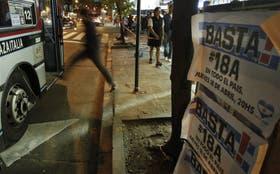 Los afiches que invitan al cacerolazo se ven en la ciudad