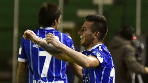 Ángel González celebra su gol, el primero de Godoy Cruz