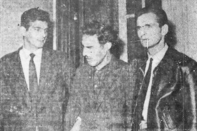Raúl Aníbal González Higonett, el Loco del martillo, escoltado por dos policías el día de su detención, en marzo de 1963