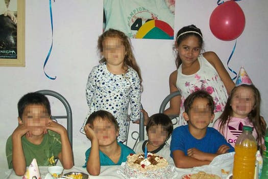 Con sus primos en una fiesta familiar. Foto: Facebook