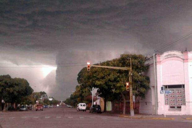 El momento en el que el ojo de la tormenta avanzaba sobre las calles de Ituzaingó, uno de los lugares más afectados, en la tarde del miércoles pasado