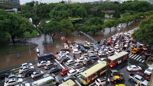 Llegó la tormenta a la Ciudad: la temperatura bajó 14 grados y hay calles anegadas.