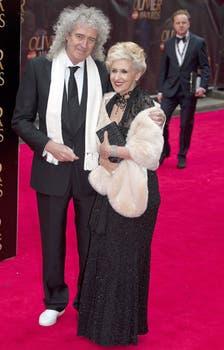 Brian May y su mujer, Anita Dobson, nunca pierden el glam, en los Olivier awards. Foto: EFE